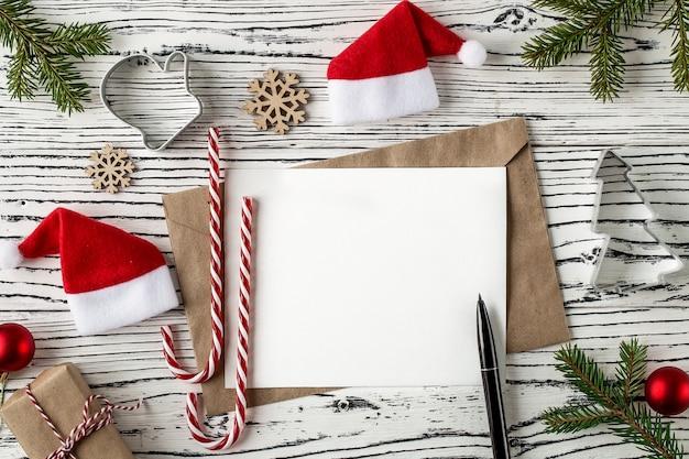 Kerstpost, enveloppen met letters op een lichte houten tafel. Premium Foto