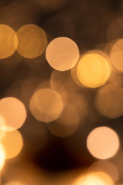 Kerstruimte van ronde fonkelende lichten in duisternis die deel uitmaakt van een grote feesttafereel Premium Foto