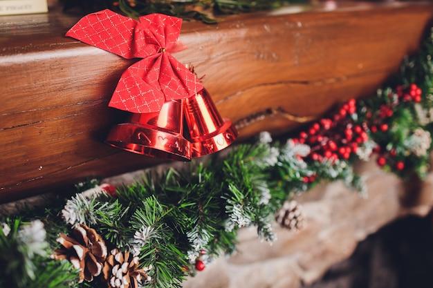 Kerstsokken die boven een open haard met kaarsen op de schoorsteenmantel hangen. Premium Foto