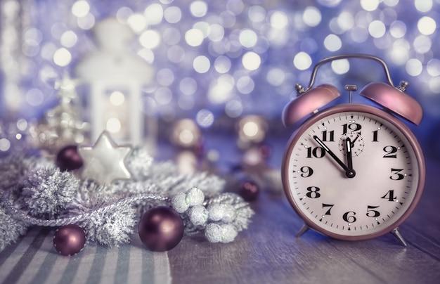 Kersttijd met klok en decoratie Premium Foto