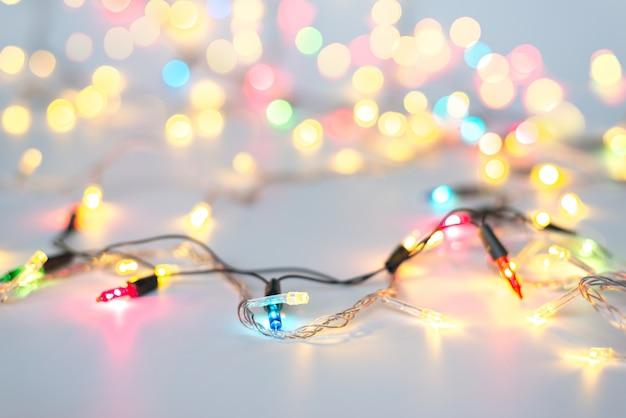 Kerstverlichting op touw in multikleuren; blauw, geel, groen, roze Premium Foto