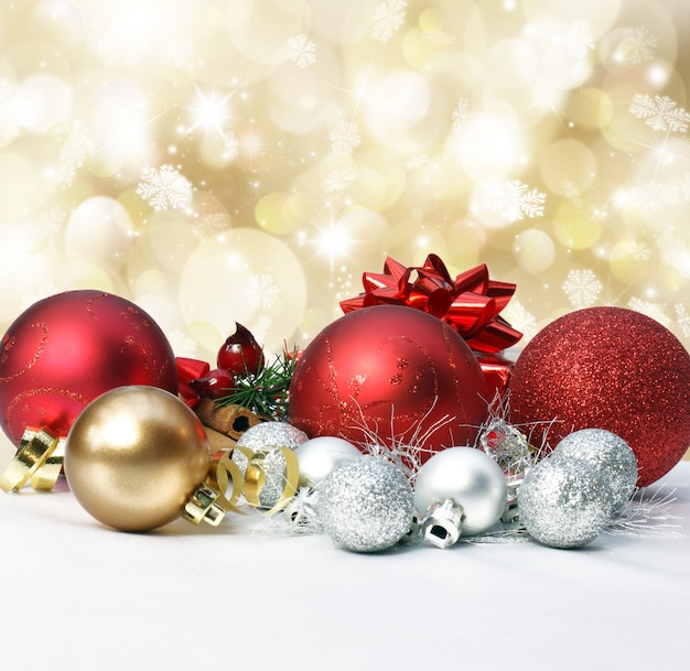 Kerstversiering op een goud met bokehlichten en sterren Gratis Foto