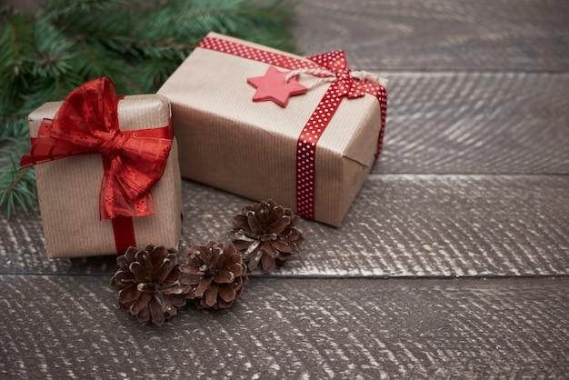 Kerstversiering op het bruine hout Gratis Foto