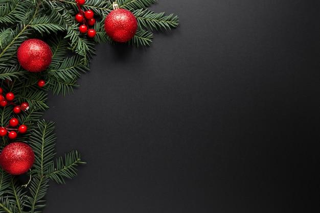 Kerstversiering op zwarte achtergrond met kopie ruimte Premium Foto