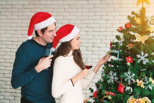 Kerstviering van koppels. Premium Foto
