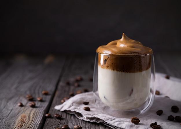 Keto dalgona opgeklopte koffie met melk in een glas Premium Foto