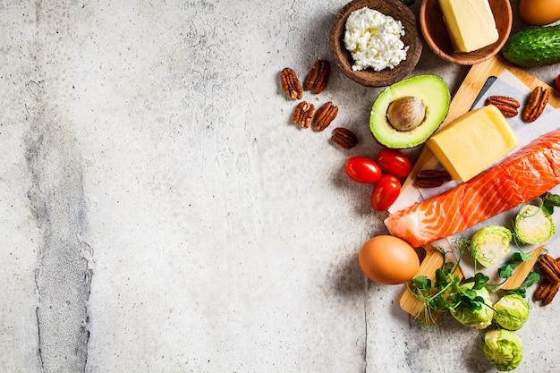 Keto dieet voedselconcept. vis, eieren, kaas, noten, boter en groenten Premium Foto