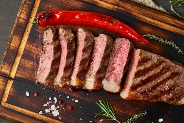Keto ketogeen dieet biefstuk, gegrilde striploin op snijplank. paleo voedselrecept Premium Foto
