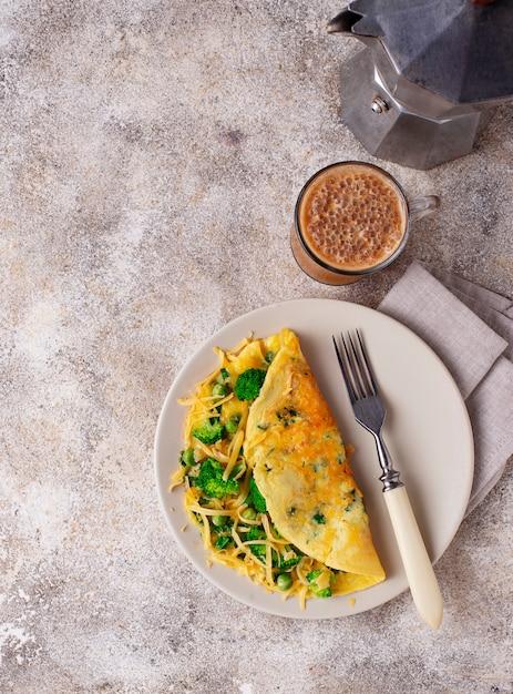 Keto low carb omelet en kogelvrije koffie Premium Foto