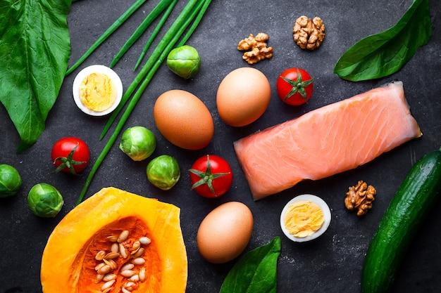 Ketogene producten voor gezonde, goede voeding en afvallen. low carb en keto dieet concept. vezelrijk, schoon en uitgebalanceerd voedsel. controle eten Premium Foto