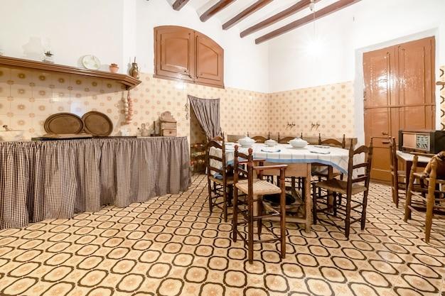 Keuken van een typisch oud huis Premium Foto