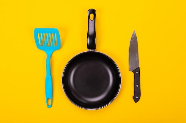 Keukengerei voor het koken in keuken met copyspace wordt geïsoleerd die Premium Foto