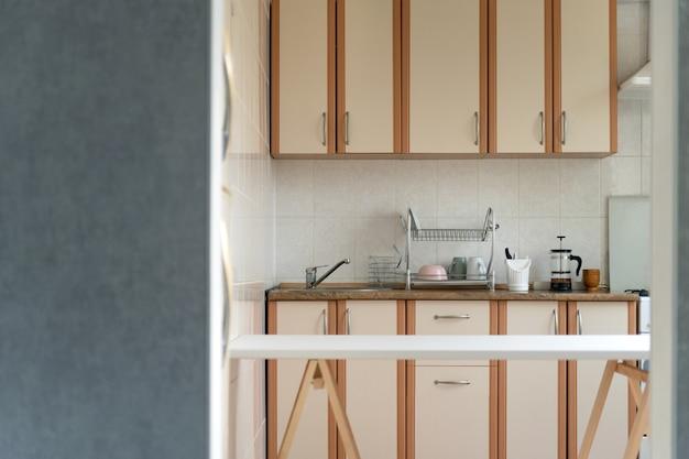 Keukeninterieur in lichte pastelkleuren. modern keukenontwerp. Premium Foto