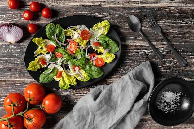 Keukentafel met kerstomaatjes en bladeren Premium Foto