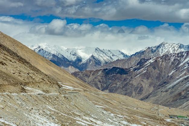 Khardung la-pas, india. khardung la is een hoge bergpas Premium Foto