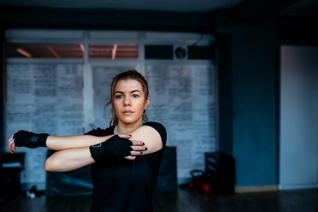 Kickboxer vrouw die zich uitstrekt. detailopname. Premium Foto