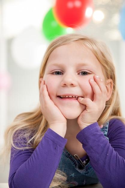Kid genieten van verjaardagsfeestje Premium Foto