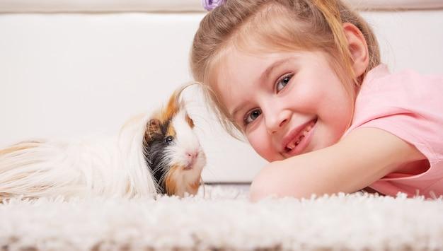 Kid houden cavia in handen Premium Foto