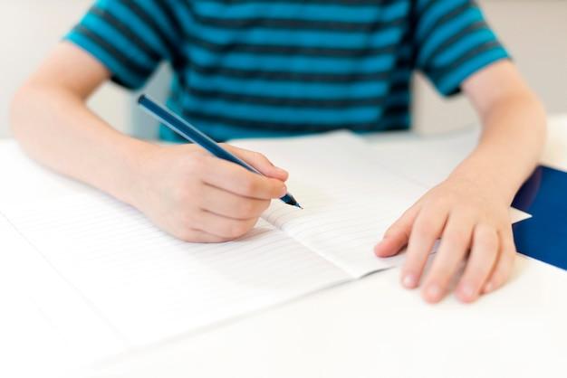 Kid schrijven op een lege notebook Gratis Foto