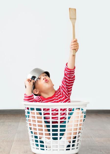 Kid zitten in wasmand Gratis Foto