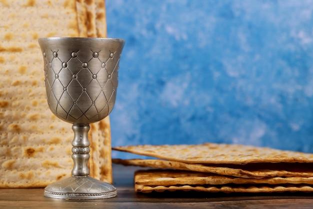 Kiddush kopje wijn met matzos brood. joodse pesah-vakantie. Premium Foto