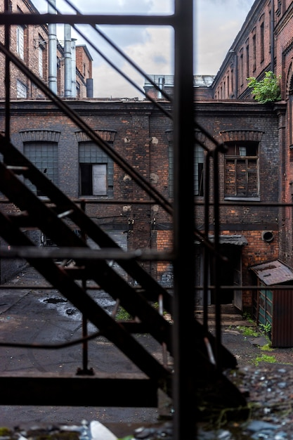 Kijk door de trap naar het gebouw van de oude fabriek Premium Foto