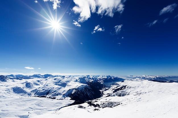 Kijk naar beneden op typisch alpineskigebied en skipistes Gratis Foto