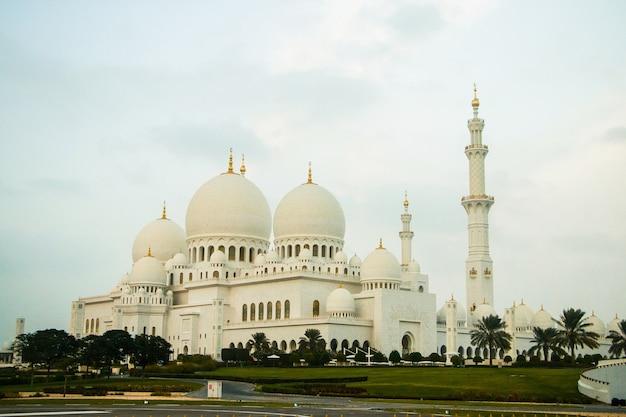 Kijk ver van de geweldige gebouwen van de shekh zayed grand mosque Gratis Foto