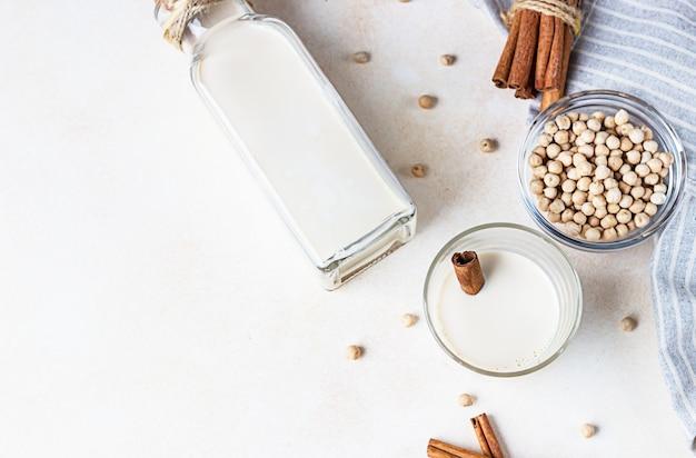 Kikkererwten vegetarische melk in een fles. lactosevrije niet-zuivelproducten. gezond veganistisch voedselconcept. Premium Foto