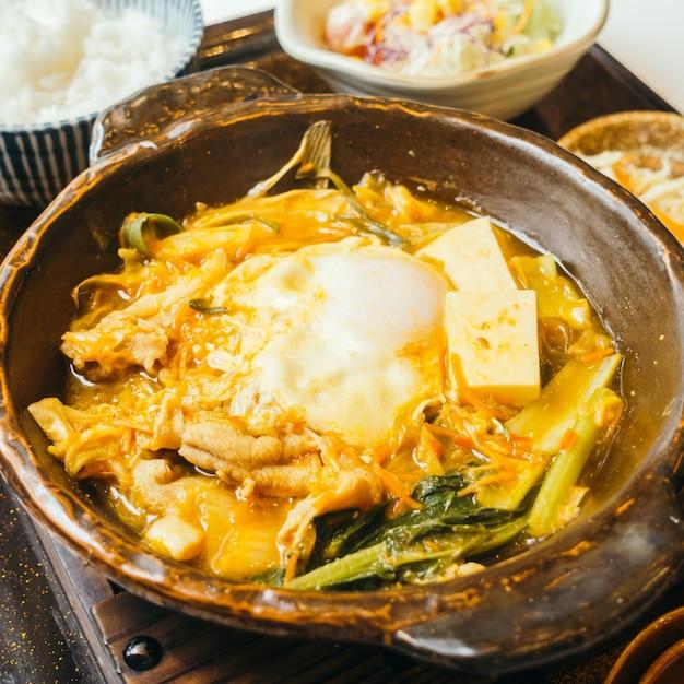 Kimchi nabe in hete plaat met rijst Premium Foto