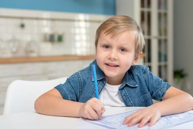 Kind dat thuis op een document schrijft Premium Foto