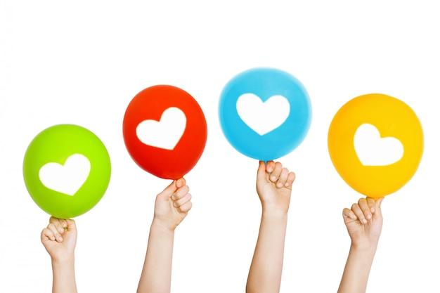 Kind hand houden kleuren ballonnen. Premium Foto