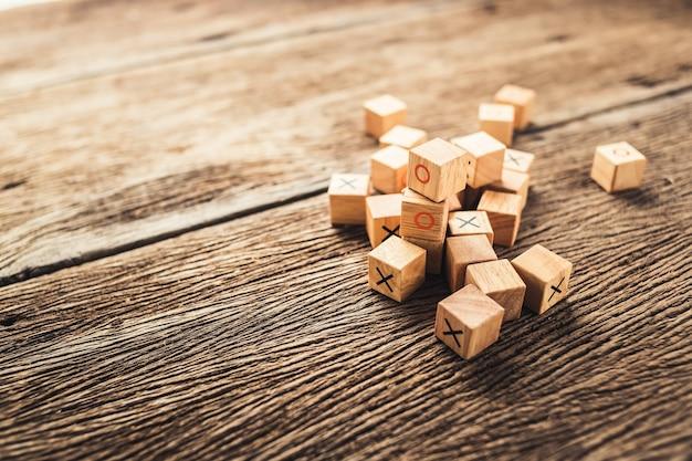 Kind hersenen ontwikkeling speelgoed houten blok met o en x-teken Premium Foto