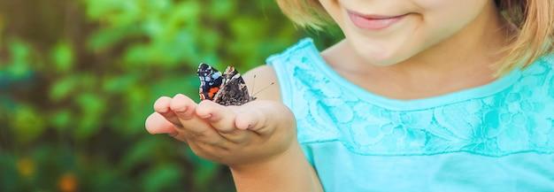 Kind met een vlinder. foto. natuur. Premium Foto