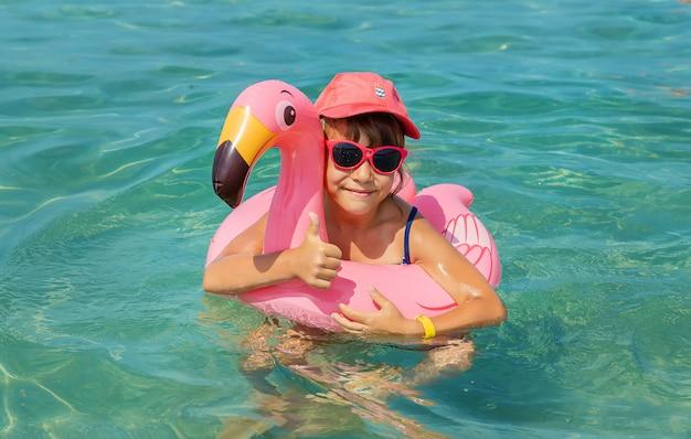 Kind op zee rusten. reis Premium Foto