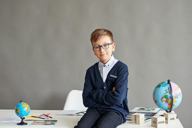 Kind schooljongen in de klas Premium Foto