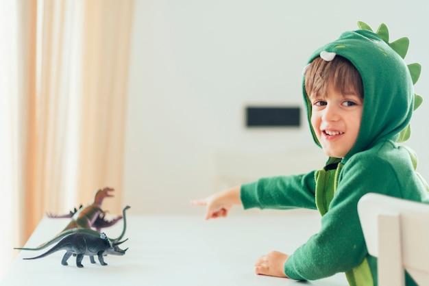 Kind spelen met speelgoed dinosaurussen Gratis Foto