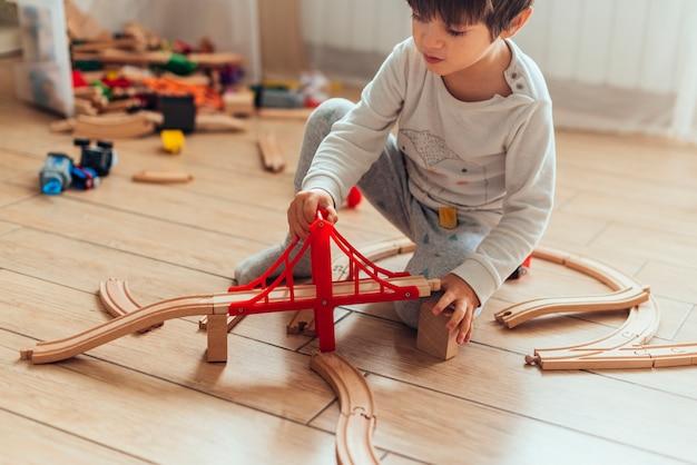 Kind spelen met speelgoed trein Gratis Foto