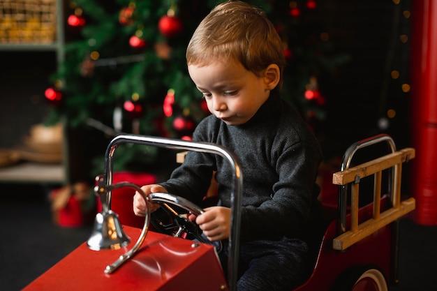 Kind spelen met speelgoedauto Gratis Foto