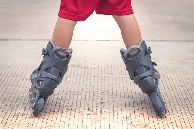 Kind spelen skaten in de cementweg Premium Foto