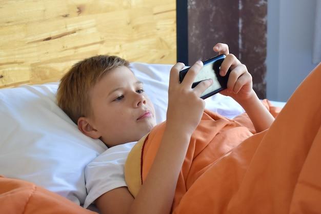 Kind spelen van games in de telefoon. Premium Foto
