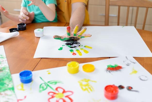Kind tekenen met verf Premium Foto