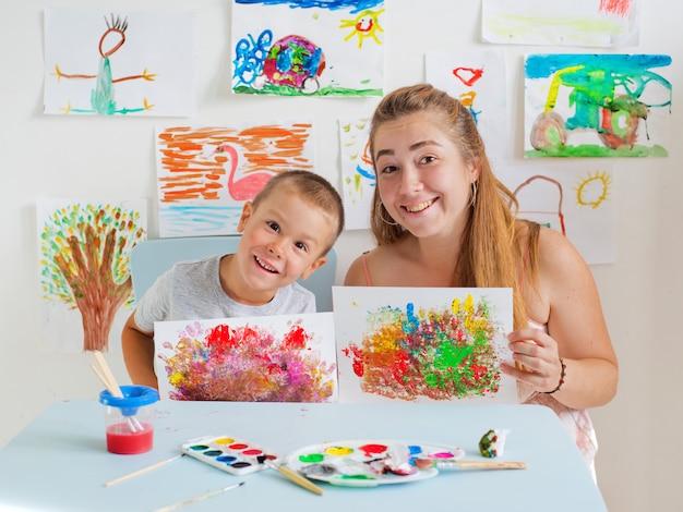 Kind tekent met leraar Premium Foto