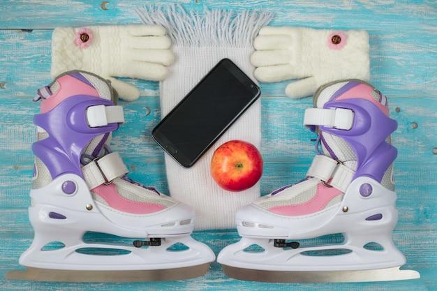 Kinder schaatsen met verstelbare maat en accessoires op de houten vloer. Premium Foto