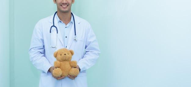 Kinderarts houdt teddybeer. Premium Foto