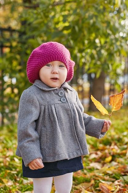 Kinderen baby in retro herfst lente kleding Premium Foto