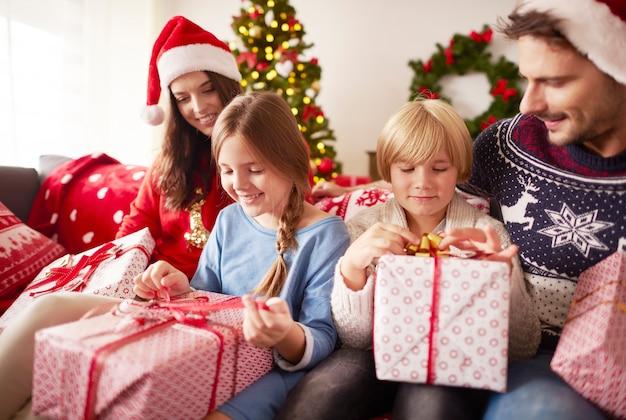 Kinderen beginnen kerstcadeautjes te openen Gratis Foto