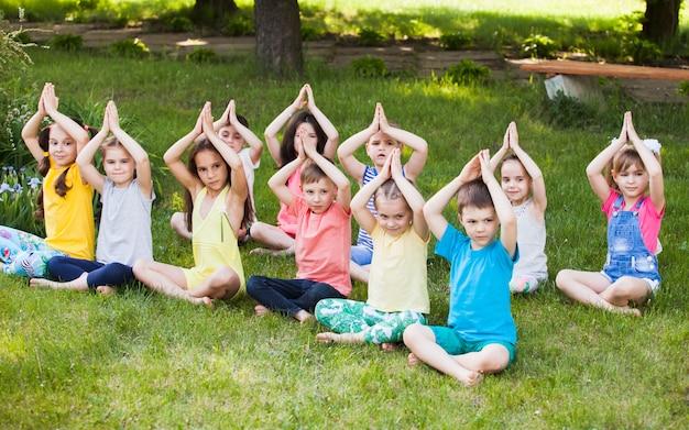Kinderen beoefenen van yoga. Premium Foto