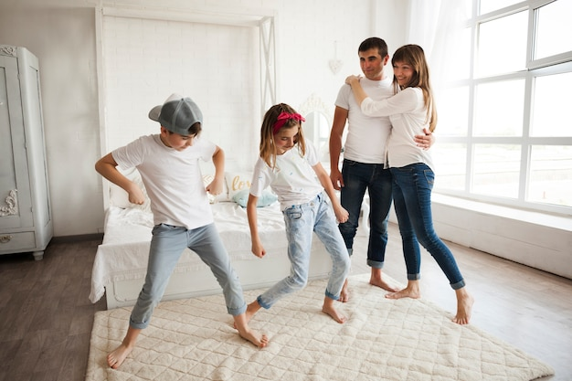 Kinderen dansen thuis voor hun liefhebbende ouder Gratis Foto
