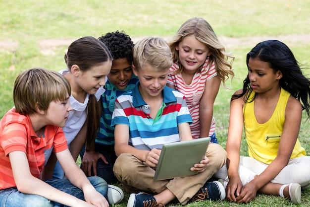 Kinderen die digitale tablet gebruiken Premium Foto